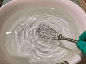 オキシクリーンをお湯に入れたらよく混ぜる
