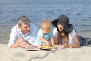 本を読む家族