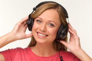 音楽をヘッドホンで聴く外国人の女性