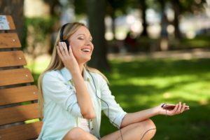 音楽をイヤホンで聞く外国人女性