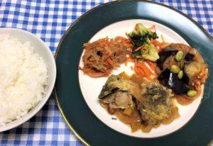 「ヨシケイ」ベジミール鯵の南蛮漬け弁当をお皿に盛り付け