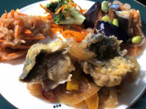 「ヨシケイ」ベジミール鯵の南蛮漬け弁当お皿に盛り付け