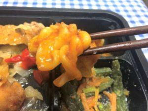 「ヨシケイ」シンプルミール 油淋鶏弁当のマカロニツナサラダを食べる