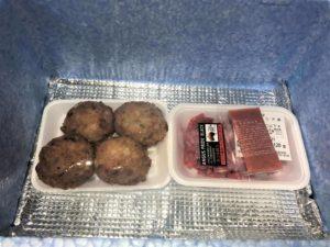 保冷シートを挟んで、下の段には冷凍食材が入っています。