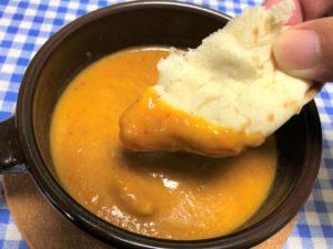 ヨシケイ ラビュ クイック バターチキンカレーにナンをつけて食べる