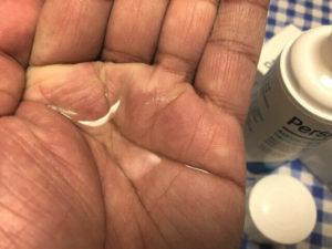 デトランスα(パースピレックス)手足用の液体を手の平に出す